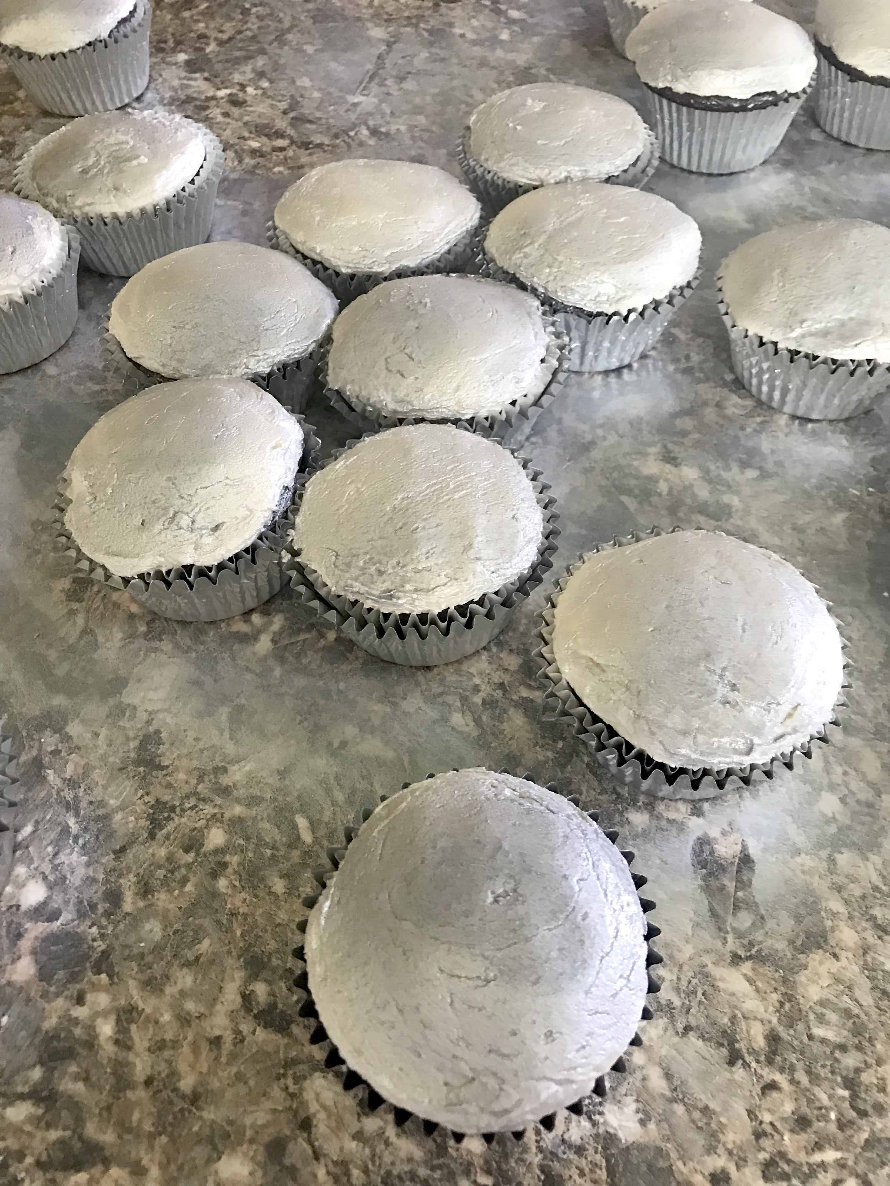 Do you have a Fortnite Fan? These easy Fortnite cupcakes with a homemade buttercream frosting recipe. Check out my tip to get the icing nice and flat and get the perfect silver color! There is even a tip to make more food like Rice Krispies med kits. Spray the cupcakes.