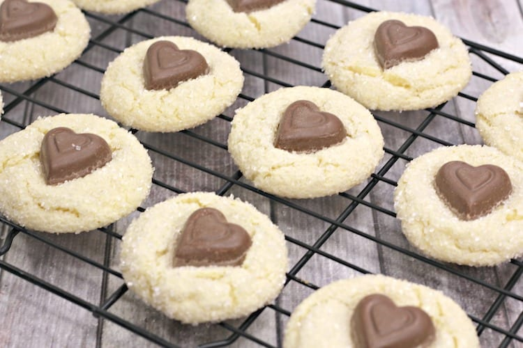 White Chocolate Crinkle Cookies With A Chocolate Heart